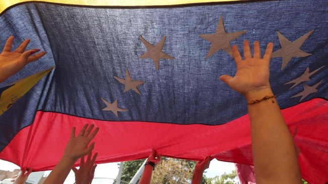 Guaido selaku pemimpin Majelis Nasional, mendeklarasikan diri sebagai presiden interim. Ia mendapatkan dukungan dari setidaknya 50 negara, termasuk Amerika Serikat. (REUTERS/Ivan Alvarado)