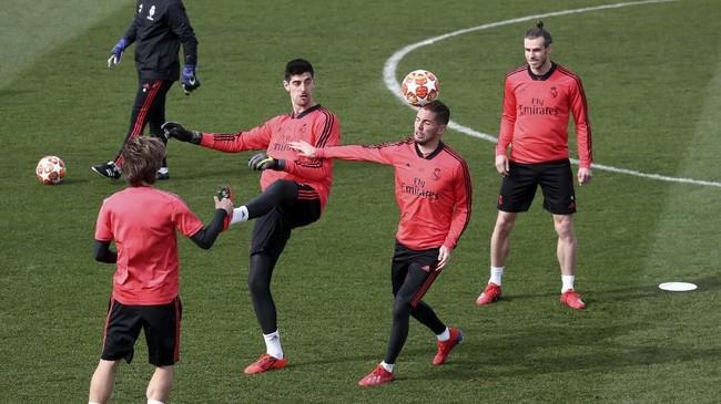 Kiper Real Madrid Thibaut Courtois, Luca Zidane, dan winger Gareth Bale menjalani latihan. Madrid unggul 2-1 atas Ajax di leg pertama. (REUTERS/Sergio Perez)
