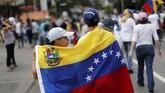 Guaido berupaya mencari cara untuk membawa masuk bantuan internasional yang tertahan karena diblokade Maduro. (REUTERS/Carlos Jasso)