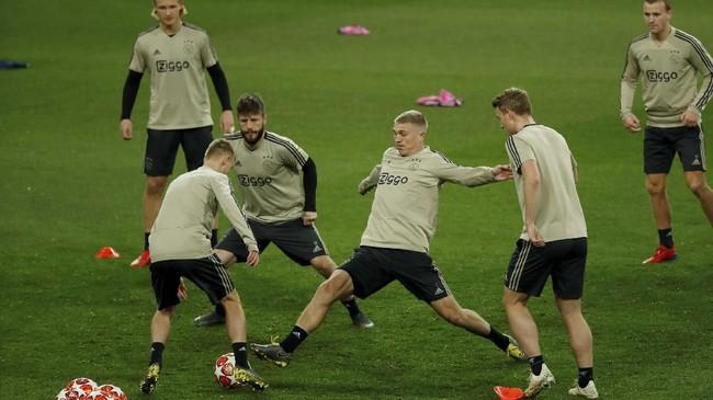 Pemain Ajax Amsterdam Rasmus Nissen menjalani latihan. Ajax harus mengatasi defisit 1-2 saat tampil di markas Real Madrid. (REUTERS/Susana Vera)