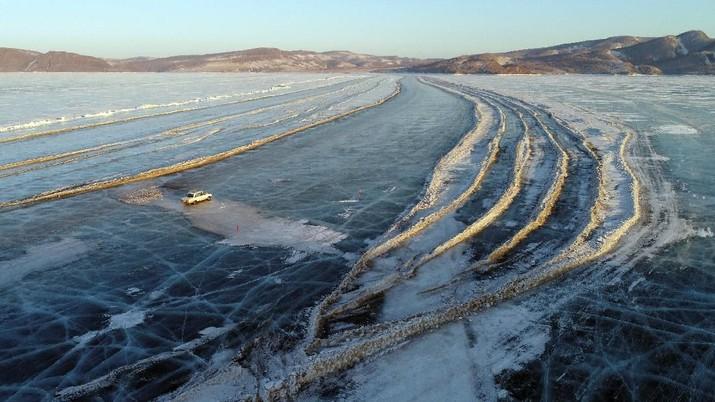 Aksi Nekat Mobil Melintas Di Atas Sungai Berlapis Es