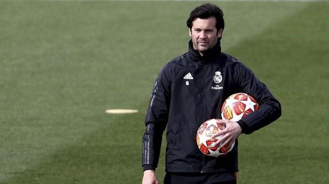 Pelatih Real Madrid Santiago Solari memimpin latihan terakhir jelang melawan Ajax Amsterdam pada leg kedua babak 16 besar Liga Champions. (REUTERS/Sergio Perez)
