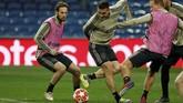 Dua pemain senior Ajax Amsterdam Dusan Tadic dan Daley Blind dalam latihan. Pengalaman Tadic dan Blind diharapkan bisa memberi Ajax kemenangan atas Madrid. (REUTERS/Susana Vera)
