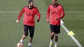 Karim Benzema dan Raphael Varane berbicara saat latihan. Keduanya akan menjadi andalan Real Madrid saat melawan Ajax Amsterdam. (REUTERS/Sergio Perez)