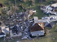 Mereka Mengais Sisa Barang Berharga Usai Tornado di Alabama