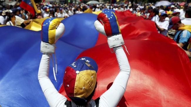 Guaido melakukan rangkaian kunjungan ke sejumlah negara Amerika Latin untuk menggalang dukungan. (REUTERS/Carlos Garcia Rawlins)