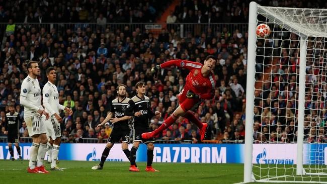 Tidak butuh waktu lama bagi Ajax untuk menambah keunggulan usai kebobolan di menit ke-70. Dua menit kemudian Lasse Schone mencetak gol indah lewat tendangan bebas di menit ke-72. (REUTERS/Susana Vera)