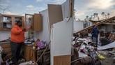 Tim penyelamat masih menyisir puing-puing bangunan untuk mencari korban-korban yang masih hilang. (AP Photo/David Goldman)