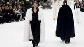 Koleksi terakhir rancangan Lagerfeld itu dibuka dengan keheningan dalam beberapa menit. Koleksi itu dirancang sesaat sebelum kepergiannya pada Februari lalu. (REUTERS/Regis Duvignau)