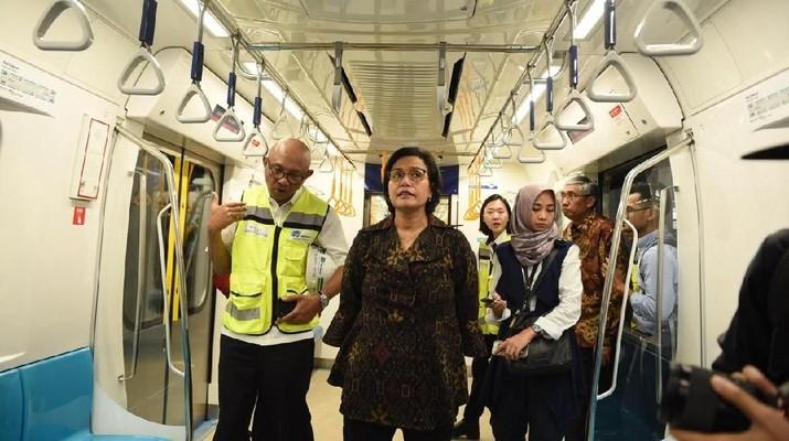 Melihat Gaya Sri Mulyani Uji Coba MRT Jakarta