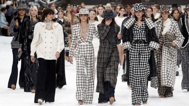 Cara Delevingne dan model lainnya meneteskan air mata saat mengenang Karl Lagerfeld. (REUTERS/Regis Duvignau)