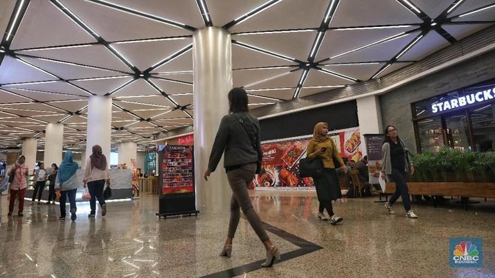 Pengunjung memelih pakaian yang dijual oleh salah satu tenant di Blok M Plaza, Jakarta, Rabu (6/3/2019). Untuk meningkatkan pengunjung manajemen Blok M Plaza merenovasi sejumlah fasilitas. (CNBC Indonesia/Andrean Kristianto)
