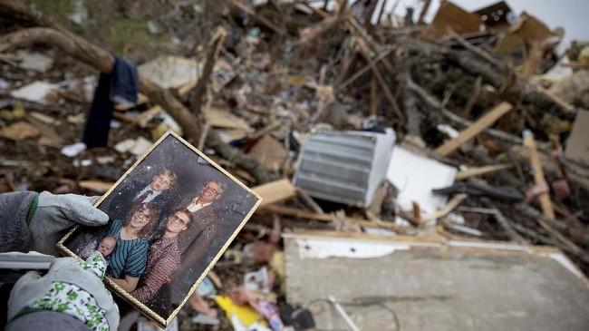 Gubernur Alabama, Kay Ivey, memperingatkan warga bahwa cuaca yang lebih buruk masih mungkin terjadi. (AP Photo/David Goldman)