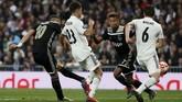 Tidak saja memberikan dua assist, Dusan Tadic (kiri) ikut mencatatkan namanya di papan skor dengan mencetak gol ketiga bagi Ajax di menit ke-62 berkat assist Donny van de Beek. (REUTERS/Susana Vera)