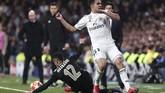 Gol Tadic ramai diperbincangkan sebagai kontroversi lantaran, sebelum itu terjadi bola diklaim lebih dulu meninggalkan lapangan saat coba dihentikan Noussair Mazraoui (kiri). (REUTERS/Sergio Perez)