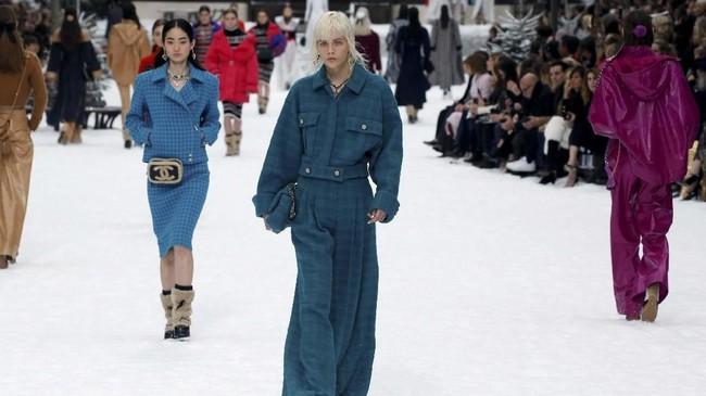 Ada pula cropped jacket yang cocok untuk siluet yang lebih sempit, gaun rajut dalam pola Nordic tiga dimensi, sepatu bot kulit domba, puffer jacket dalam warna primer termasuk ungu cerah, hingga perhiasan rambut dari kepingan salju. (REUTERS/Regis Duvignau)
