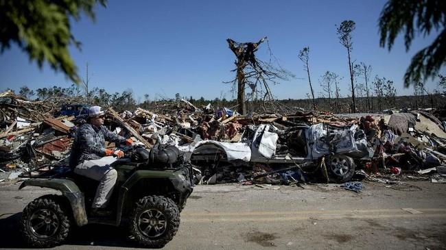Kepala polisi daerah Beauregard, Jay Jones, mengatakan bencana ini menghancurkan banyak rumah sehingga jumlah korban tewas masih bisa meningkat. (AP Photo/David Goldman)