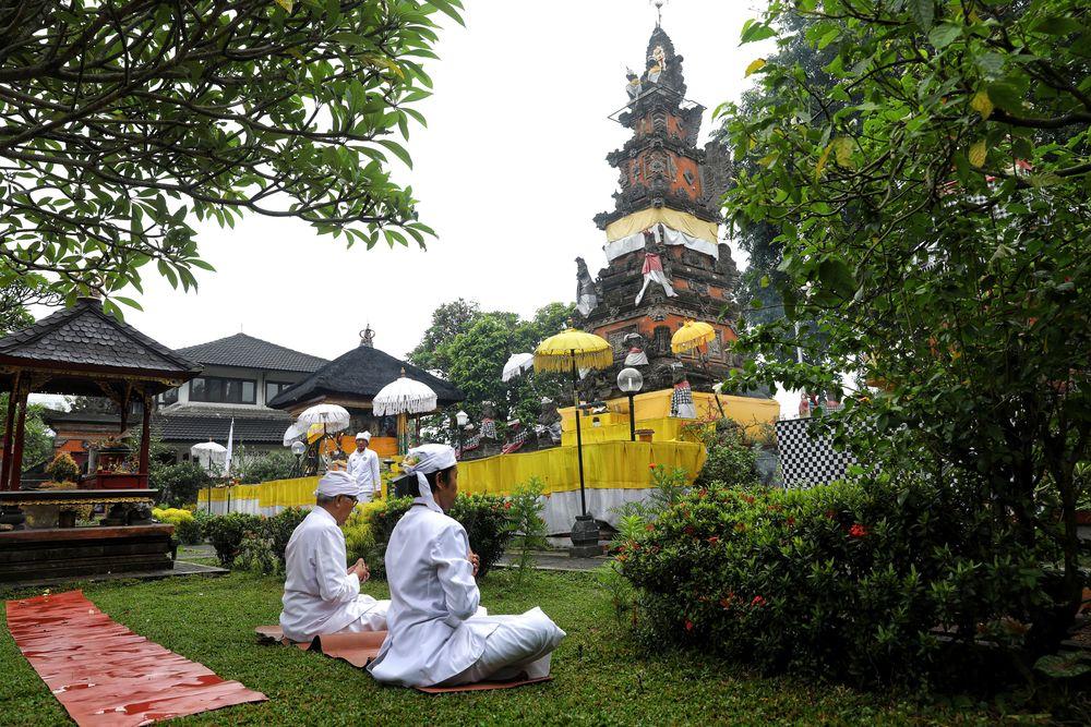 Umat Hindu melaksanakan ibadah Tawur Kesanga dan Sembahyang Tilem di Pura Amerta Jati, Depok, Rabu (6/3/2019). Seperti perayaan Nyepi di Bali, sejumlah pura seperti di Depok juga ramai warga yang bersembahyang.(CNBC Indonesia/Andrean Kristianto)
