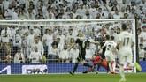 Laga baru berjalan tujuh menit, Real Madrid langsung dikejutkan dengan golHakim Ziyech memanfaatkan umpan Dusan Tadic. (AP Photo/Bernat Armangue)