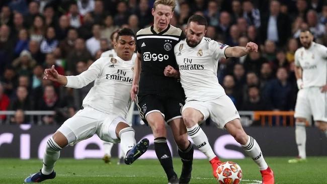 Selain trio lini depan, gelandang Frenkie de Jong juga tampil baik dengan menjadi motor serangan bagi Ajax. Casemiro (kiri) pun kesulitan menjaga pergerakan De Jong.(REUTERS/Sergio Perez)