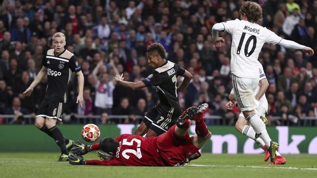 David Neres (tengah) menggandakan keunggulan bagi Ajax di menit ke-18 memanfaatkan assist Tadic. Trio lini depan Ajax yang diisi Neres, Tadic, dan Ziyech kerap memberikan masalah untuk lini belakang Madrid. (REUTERS/Sergio Perez)