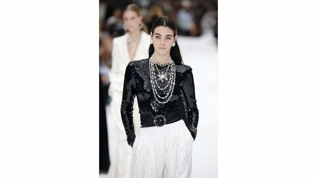 Chanel menyampaikan salam perpisahannya pada sang legenda Karl Lagerfeld dalam peragaan koleksi Fall/Winter 2019 pada gelaran Paris Fashion Week, Selasa (5/3). (REUTERS/Regis Duvignau)