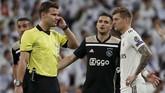 Akan tetapi, wasitFelix Brychyang berkonsultasi dengan petugas VAR tetap mengesahkan gol Tadic. Ajax pun unggul 3-0 hingga menit ke-62. (REUTERS/Susana Vera)