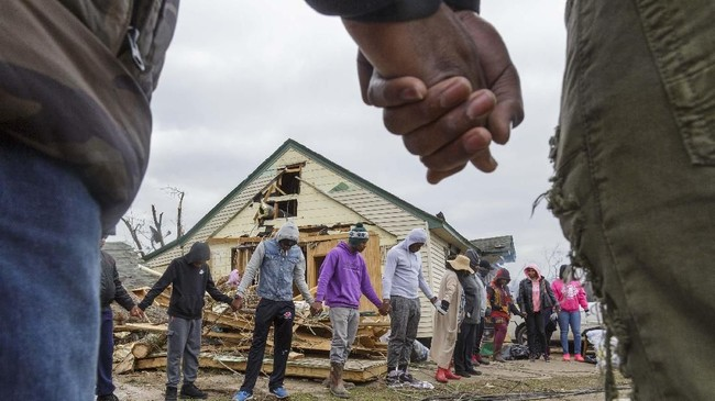 Warga setempat saat ini membutuhkan bantuan dari pemerintah karena rumah mereka hancur dan harta benda mereka hilang. (Grant Blankenship /The Macon Telegraph via AP)