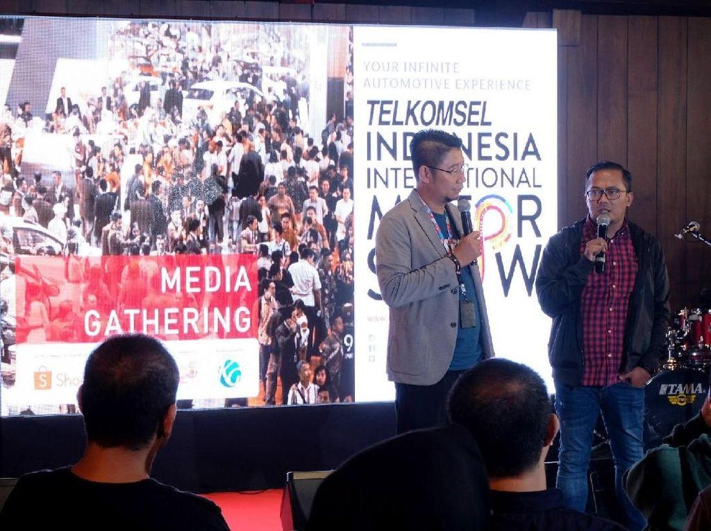 Manager Media Relation Telkomsel Singue Kilatmaka dan perwakilan dari LinkAja Taufik Indra Wardhana menjelaskan kepada media tentang rencana partisipasi Telkomsel dalam ajang gelaran otomotif berbesar dan bergengsi tahun ini. Foto: dok. Telkomsel
