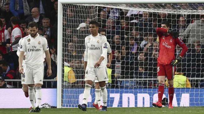 Kekalahan 1-4 dari Ajax di leg kedua 16 besar membuat Madrid kalah agregat 3-5 dan tersingkir dari Liga Champions. Hasil itu menjadikan El Real gagal mempertahankan gelar juara Liga Champions yang sudah diraih tiga kali beruntun. (REUTERS/Sergio Perez)