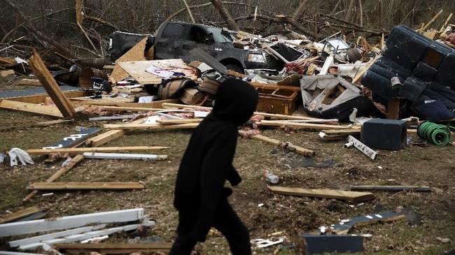 Puing-puing akibat tornado yang menerjang Lee County, Alabama, Amerika Serikat, pada Minggu (3/3) pekan lalu. (REUTERS/Elijah Nouvelage)