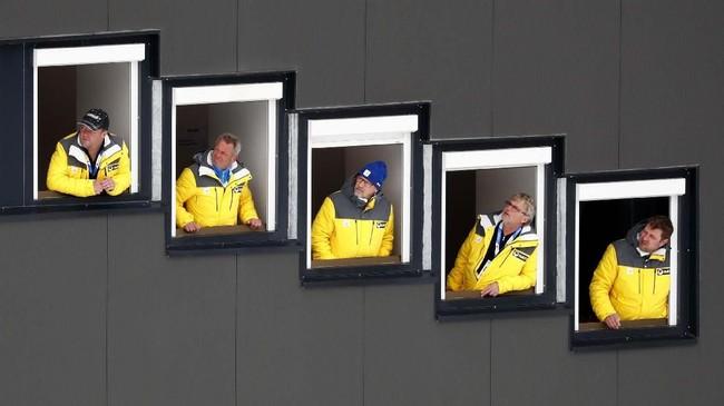 Juri balapan menyaksikan kompetisi nomor tim di ajang Ski Jumping HS109 di Kejuaraan Dunia Nordic Ski di Seefeld, Austria. (AP/Matthias Schrader)