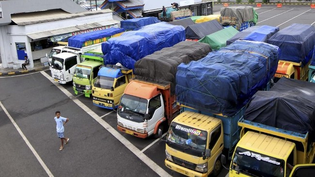Meski telah mengetahui rencana penutupan pelabuhan, sejumlah truk pengangkut logistik tujuan Bali dan Indonesia bagian timur lainya lebih memilih menginap di pelabuhan untuk menghindari penumpukan kendaraan. (ANTARA FOTO/Budi Candra Setya)