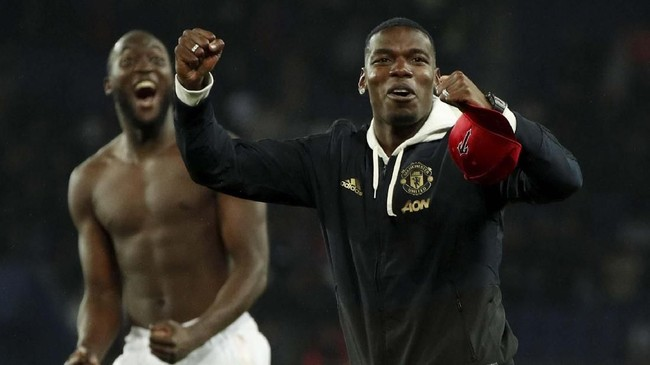 Gelandang Manchester United Paul Pogba yang absen karena kartu merah merayakan kemenangan atas PSG usai laga di Stadion Parc des Princes. (Reuters/John Sibley)
