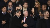 Nicolas Sarkozy menyapa mantan manajer Manchester United Sir Alex Ferguson (tengah). (Photo by FRANCK FIFE / AFP)