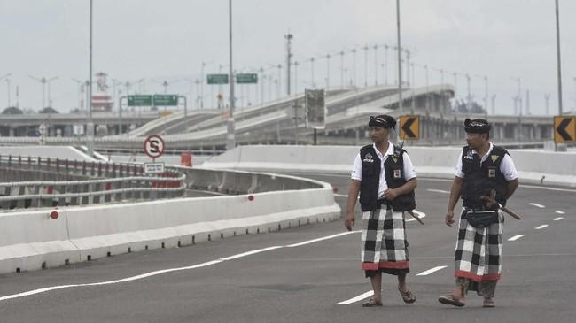 Para Pecalang atau petugas pengamanan adat Bali juga memantau situasidi kawasan Jalan Tol Bali Mandara, Bali, (ANTARA FOTO/Fikri Yusuf)