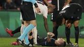 PSG harus kehilangan gelandang serang Julian Draxler pada menit ke-70 karena cedera hamstring. Cedera yang dialami pemain asal Jerman itu membuat serangan PSG semakin berkurang. (REUTERS/Christian Hartmann)