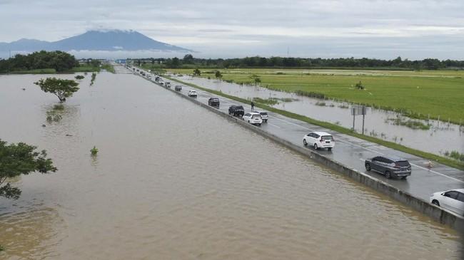PT Jasamarga menutup sementara jalan Tol Ngawi-Kertosono akibat banjir di KM 603 sampai dengan KM 604 sejak Rabu (6/3) petang pukul 22.00 WIB hingga Kamis (7/3) pagi, akibat banjir imbas meluapnya Sungai Glonggong, Anak Sungai Madiun. (ANTARA FOTO/Siswowidodo)