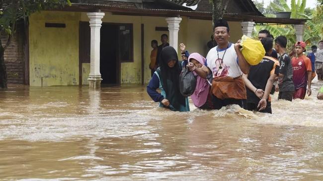 Warga diminta tetap waspada, karena curah hujan diperkirakan maasih cukup tinggi.(ANTARA FOTO/Siswowidodo)