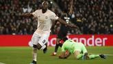 Blunder Gianluigi Buffon ketika mengantisipasi tendangan Marcus Rashford pada menit ke-30 membuat Romelu Lukaku berhasil mencetak gol kedua dan menutup babak pertama dengan keunggulan 2-1 untuk Man United. (REUTERS/Christian Hartmann)