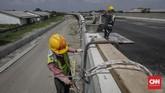 Pekerja menyelesaikan konstruksi proyek pembangunan Jalan Tol Medan - Binjai seksi I di Deli Serdang, Sumatera Utara, Rabu 6 Maret 2019. Jalan Tol Medan - Binjai seksi I sepanjang 6,7 KM tersebut pengerjaannya telah rampung sekitar 80 persen dan ditargetkan akan beroperasi pada akhir Tahun 2019. (CNN Indonesia/Adhi Wicaksono)