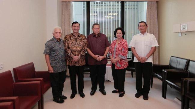 Luhut Pandjaitan Jenguk Ani Yudhoyono di Singapura