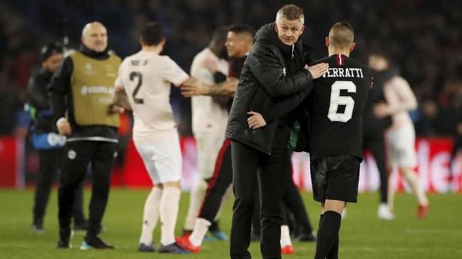 Manajer interim Ole Gunnar Solskjaer bersalaman dengan gelandang PSG Marco Verratti usai pertandingan. (REUTERS/Christian Hartmann)