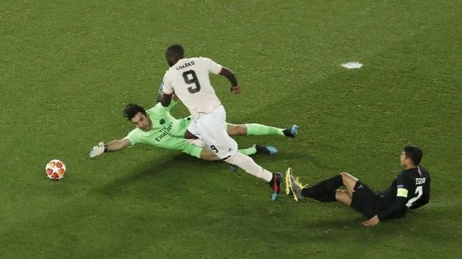 Manchester United unggul cepat pada menit kedua setelah Romelu Lukaku berhasil memanfaatkan kesalahan backpass Marquinhos. (REUTERS/Benoit Tessier)
