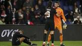 Kiper Man United David De Gea menghibur penyerang PSG Edinson Cavani dengan Kylian Mbappe tertunduk lesu usai pertandingan di Parc des Princes. (REUTERS/Christian Hartmann)