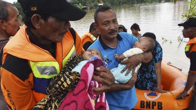 Banjir melanda wilayah Kabupaten Madiun sejak Selasa (5/3) malam akibat curah hujan yang sangat tinggi selama beberapa hari terakhir. Selain itu, luapan air dari sungai Bengawan Solo juga membuat air banjir di Kabupaten Madiun sulit menyusut. (ANTARA FOTO/Siswowidodo)