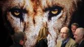 Para seniman saling mengobrol di Pameran Perdagangan dan Turisme Internasinal ITB di Berlin, Jerman. (Reuters/Hannibal Hanschke)
