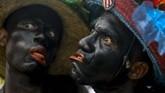Para penggembira tampil di parade Fantasy di karnival Barranquilla di Kolombia. (AFP/Joaquin Sarmiento)