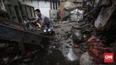 Pekerja mengurai tumpukan sampah kantong plastik yang akan di daur ulang di pabrik daur ulang plastik PT Batu Mas Murni, Tangerang, Rabu (6/3). (CNNIndonesia/Safir Makki).