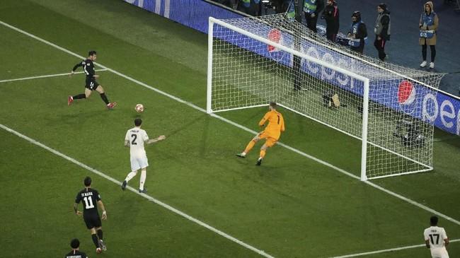 PSG merespons cepat ketinggalan lewat gol Juan Bernat pada menit ke-12 setelah menerima umpan silang Kylian Mbappe. (REUTERS/Benoit Tessier)